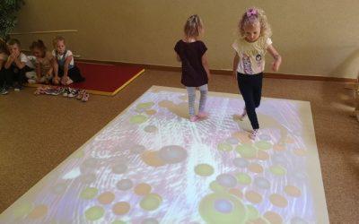 Zabawy na dywanie interaktywnym w grupie Motylki